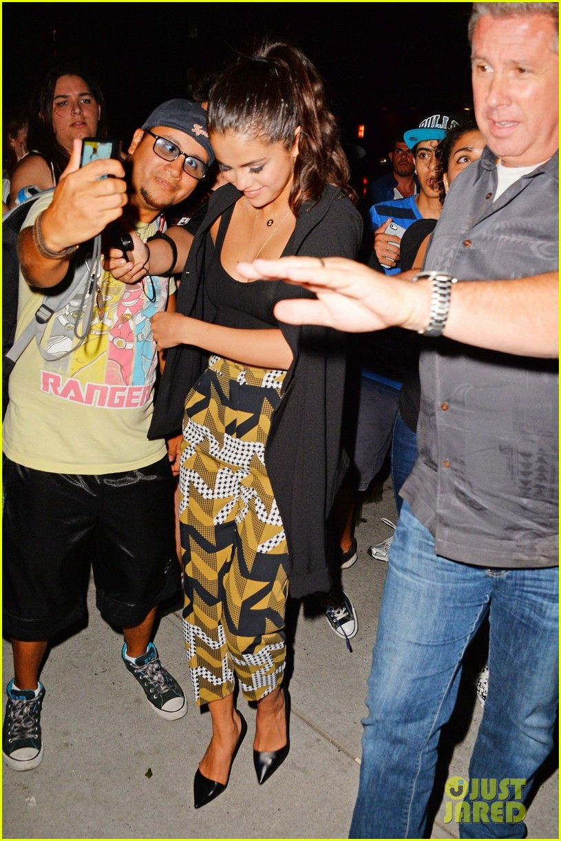 selena gomez steps out after justin bieber arrest 04