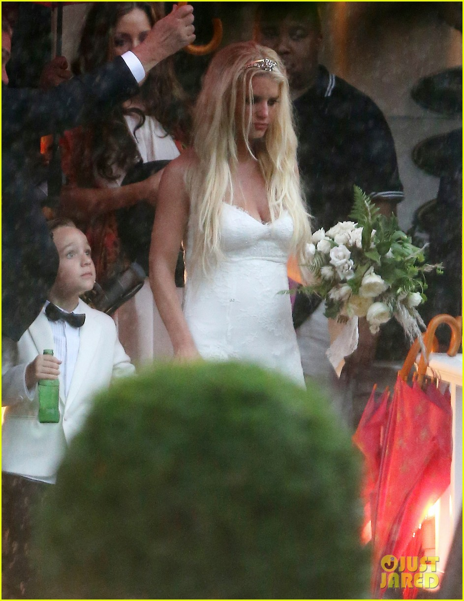 jessica simpson braves the rain for sister ashlees wedding in connecticut 083188305