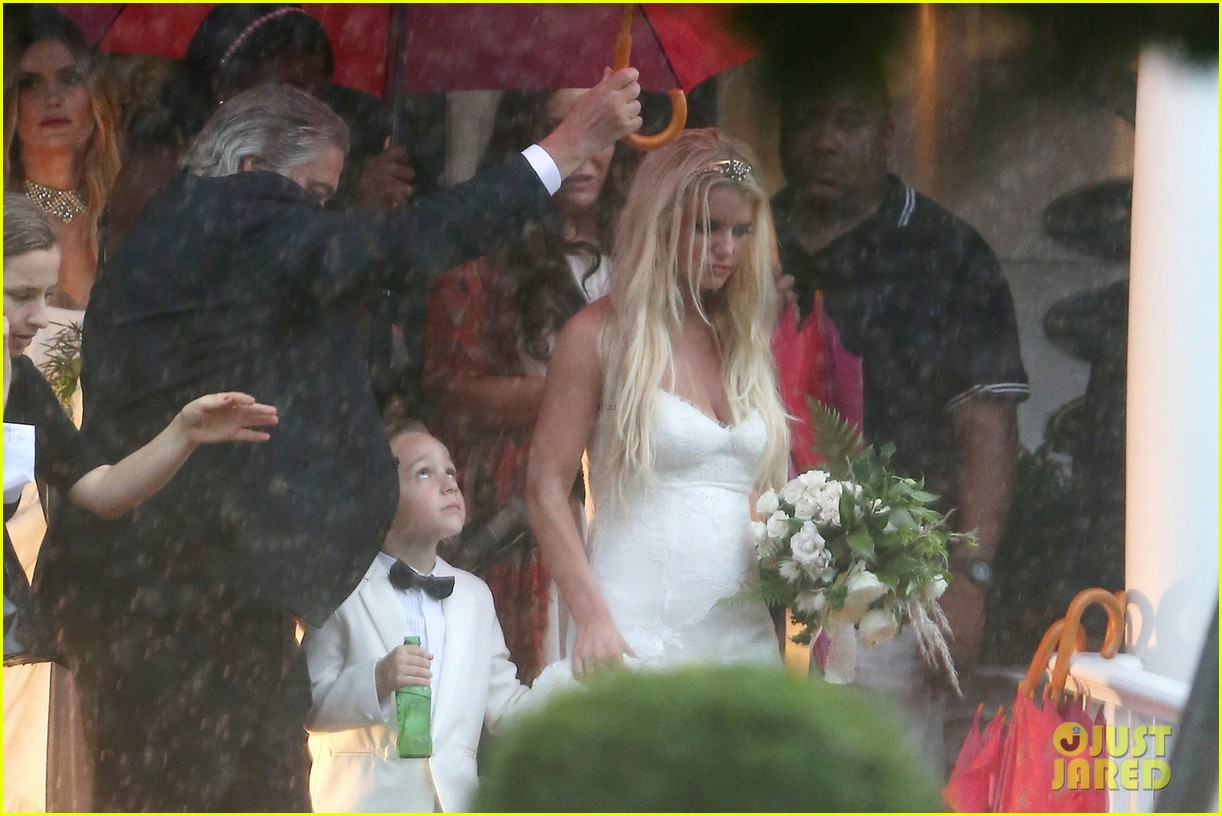 jessica simpson braves the rain for sister ashlees wedding in connecticut 093188306