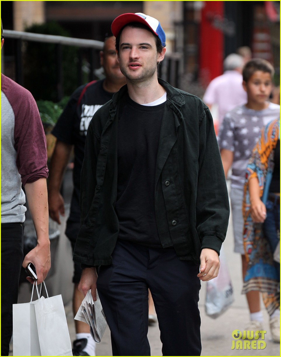tom sturridge goes clean shaven in new york city 023187886