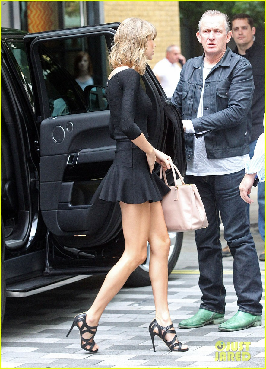 taylor swift loves her monogrammed pillows london 14