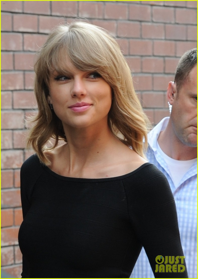 taylor swift loves her monogrammed pillows london 25