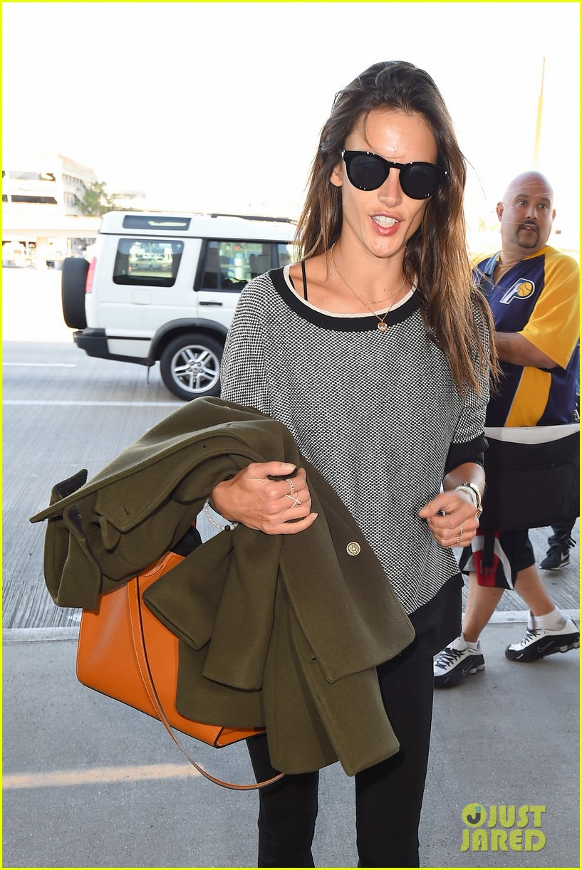 alessandra ambrosio at the sirport 05