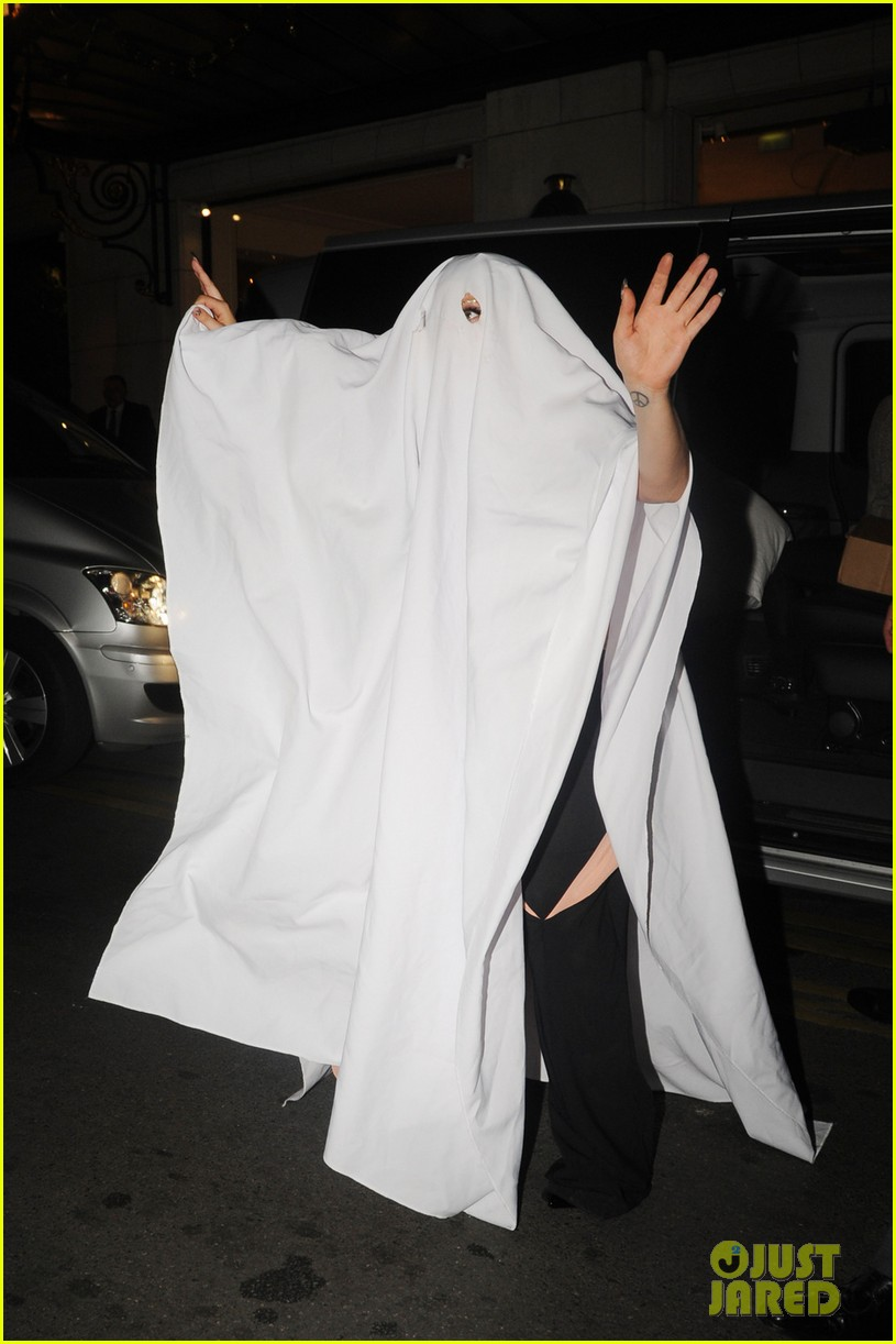 Lady Gaga Finds a Last Minute Costume in a Restaurant Table Cloth ...