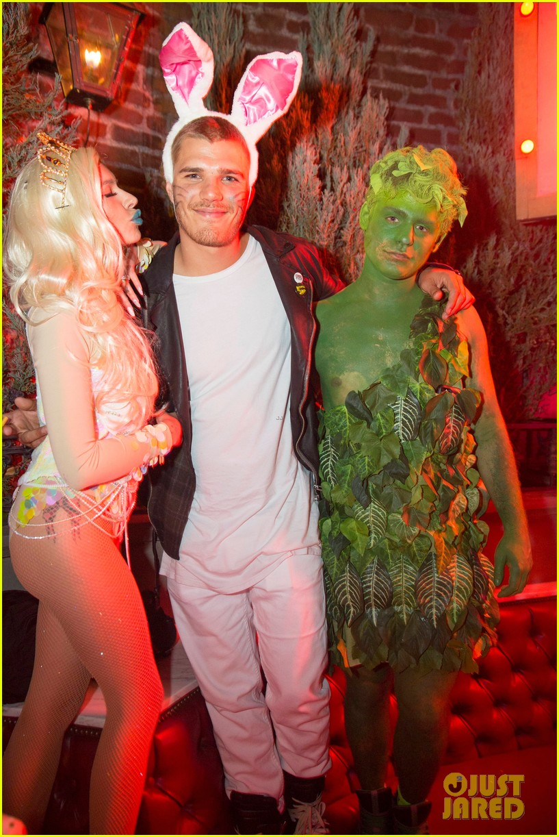britt robertson liana liberato go wild with a snake at just jareds halloween party - Wild Halloween Party