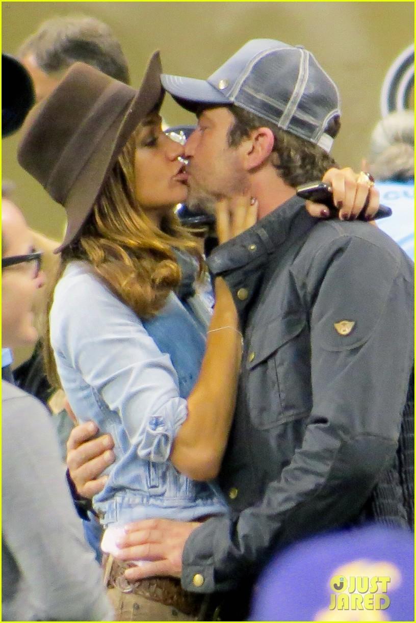 gerard-butler-girlfriend-morgan-brown-share-passionate-kiss-04.jpg