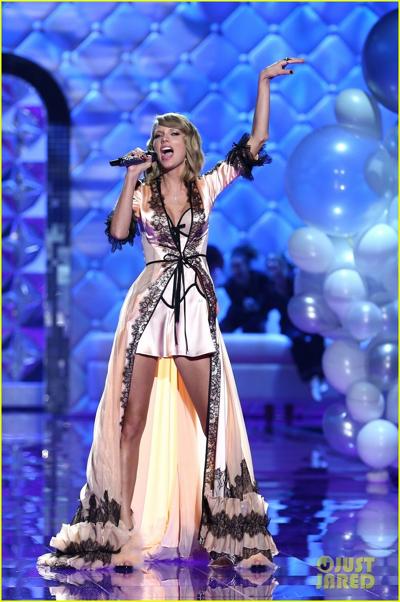 Taylor swift performs 39 style 39 for first time on tv watch now photo 3258718 2014 victoria 39 s Taylor swift style live vs fashion show