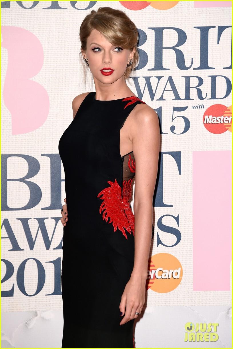 taylor swift brit awards 2015 red carpet 02