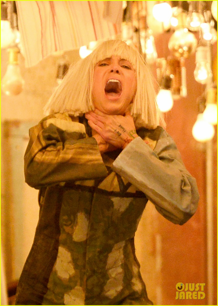 Kristen Wiig Dances In Sia S Grammys Performance 2015