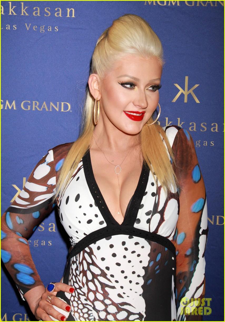 Christina anoche en Hakkasan Nightclub en las Vegas Christina-aguilera-busts-out-of-her-dress-at-hakkasan-celebration-09
