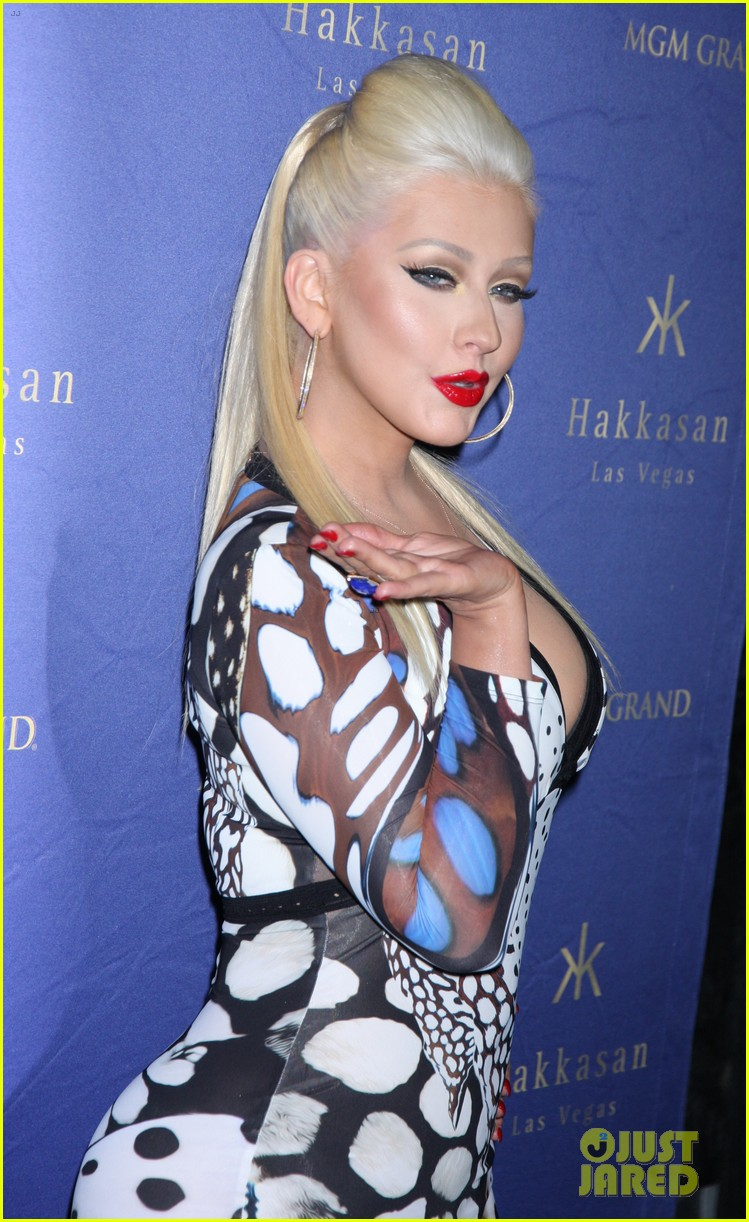 Christina anoche en Hakkasan Nightclub en las Vegas Christina-aguilera-busts-out-of-her-dress-at-hakkasan-celebration-14