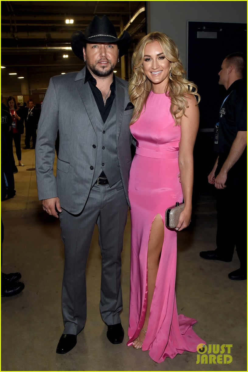 Jason Aldean Kisses Wife Brittany Kerr on the ACM Awards 2015 Red ...