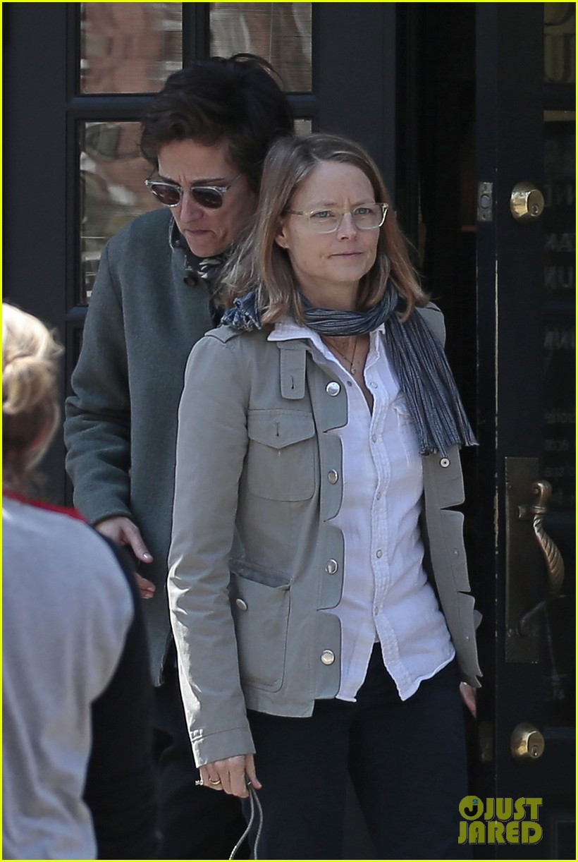 jodie foster grabs food with wife cafe cluny 02