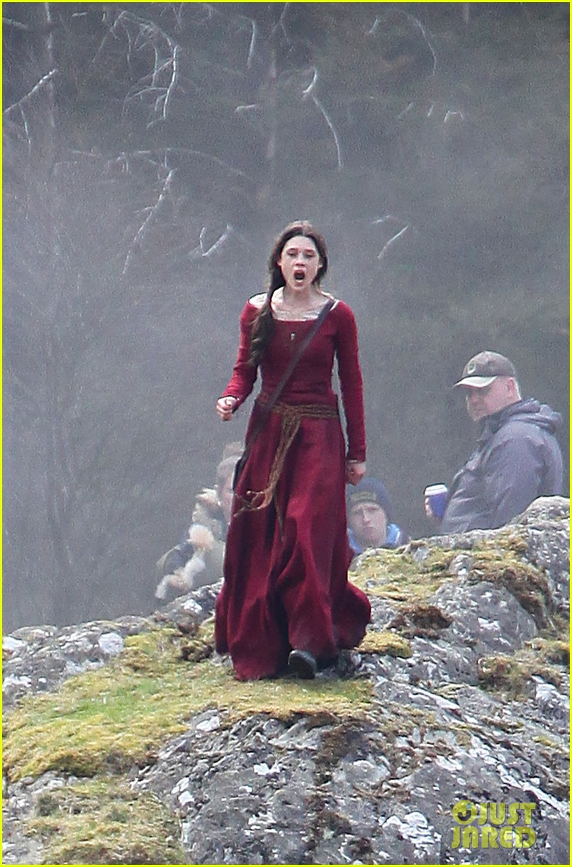 Charlie Hunnam Films Knights Of The Roundtable In Wales Photo 3349974 Astrid Berges Frisbey Pictures Just Jared
