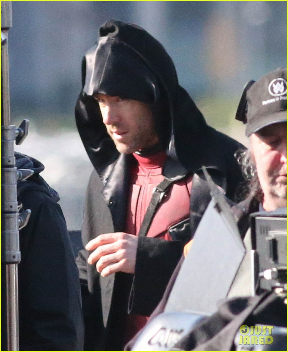 http://cdn02.cdn.justjared.com/wp-content/uploads/2015/04/ryan-ded/ryan-reynolds-pictured-unmasked-deadpool-costume-32.jpg