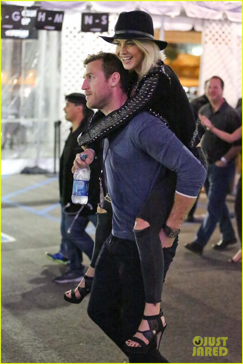 julianne hough gets cute piggyback ride from boyfriend brooks laich 163380248