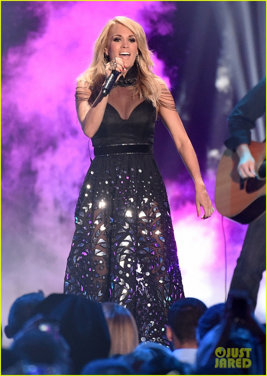 Carrie underwood performs little toy guns at cmt music awards 2015
