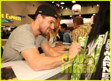 stephen amell green arrow new suit 04