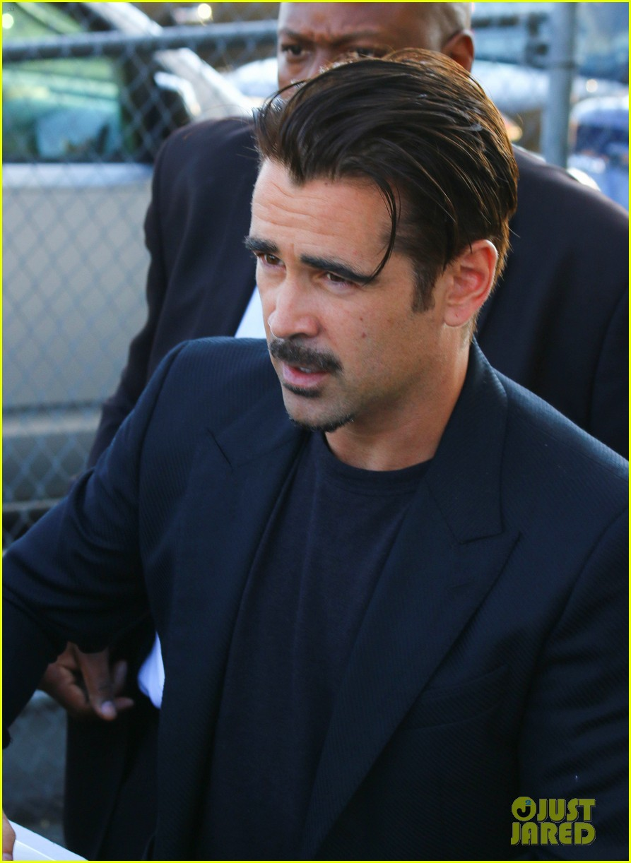 [Image: colin-farrell-gets-sniffed-by-a-fan-on-j...ive-04.jpg]