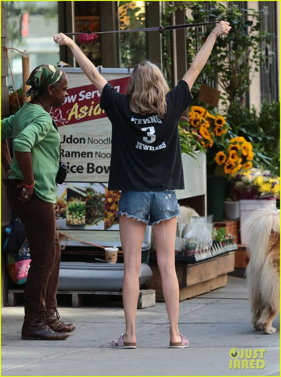 Amanda Seyfried Grabs ...
