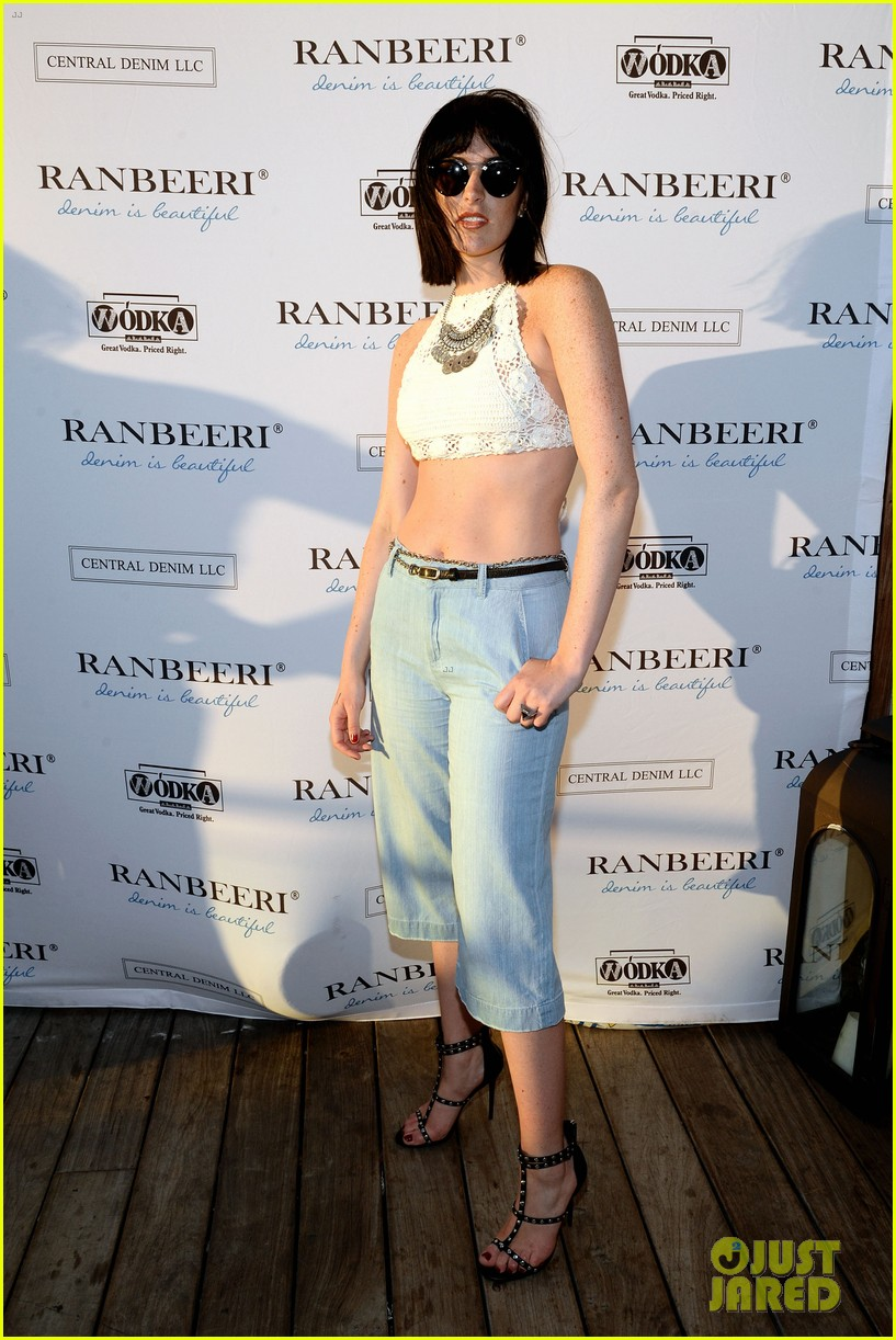 ali lohan gets support from family at ranbeeri denim launch party 043430858