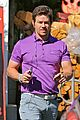 mark wahlberg puts a pop of color on his wardrobe 01