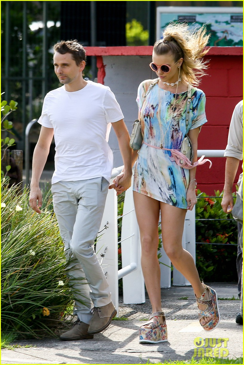 matthew bellamy girlfriend elle evans cant keep their hands off each other 01