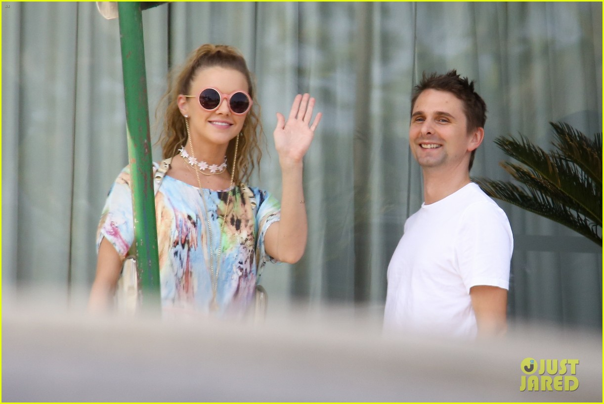matthew bellamy girlfriend elle evans cant keep their hands off each other 26