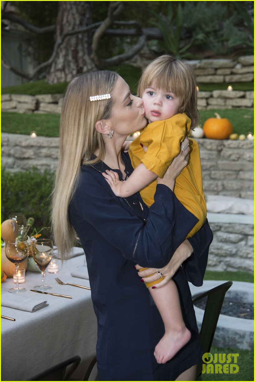 jaime king hosts feastgiving at her home 193493116