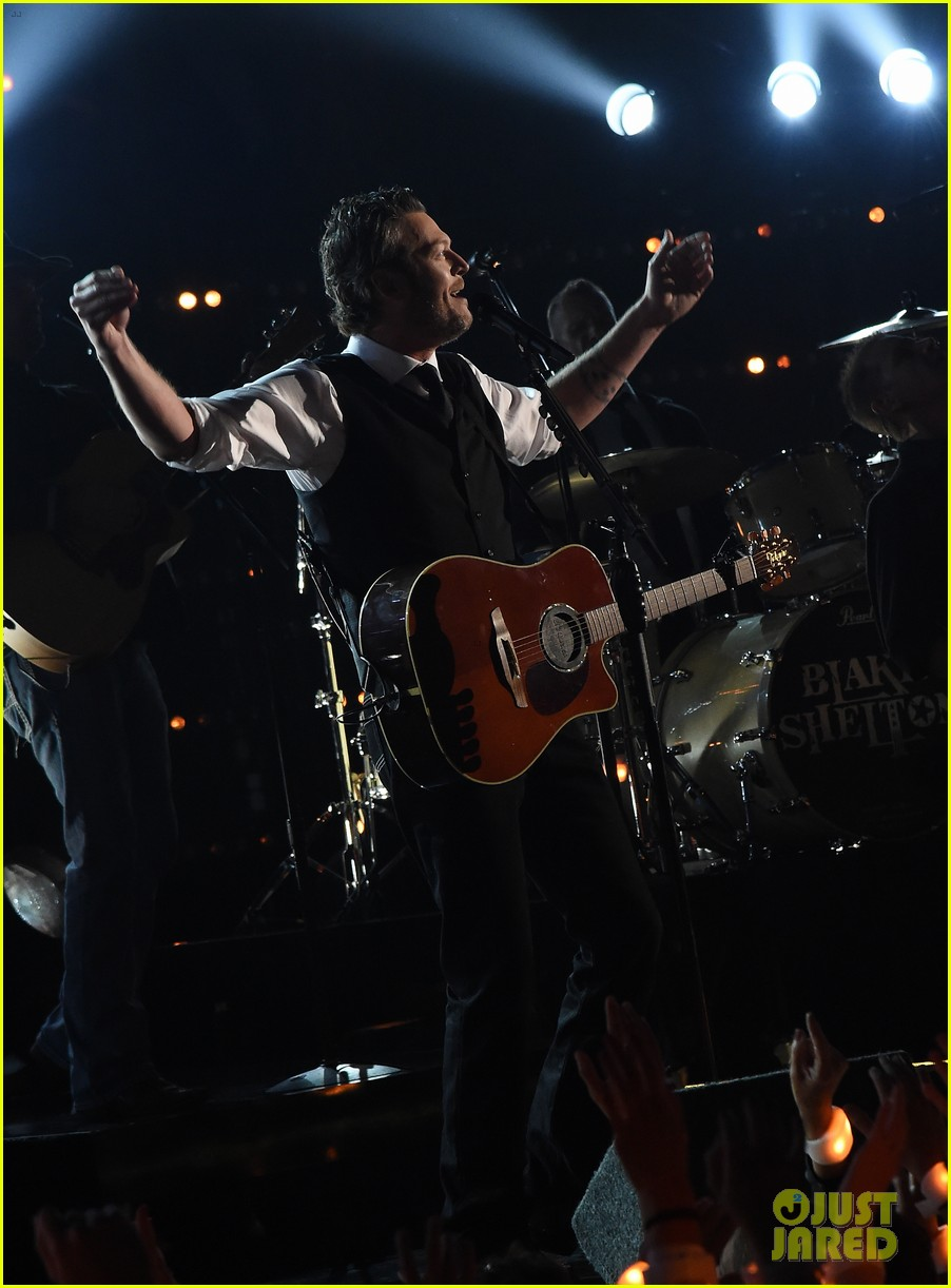 Blake Shelton Performs At Cma Awards 2015 After Gwen