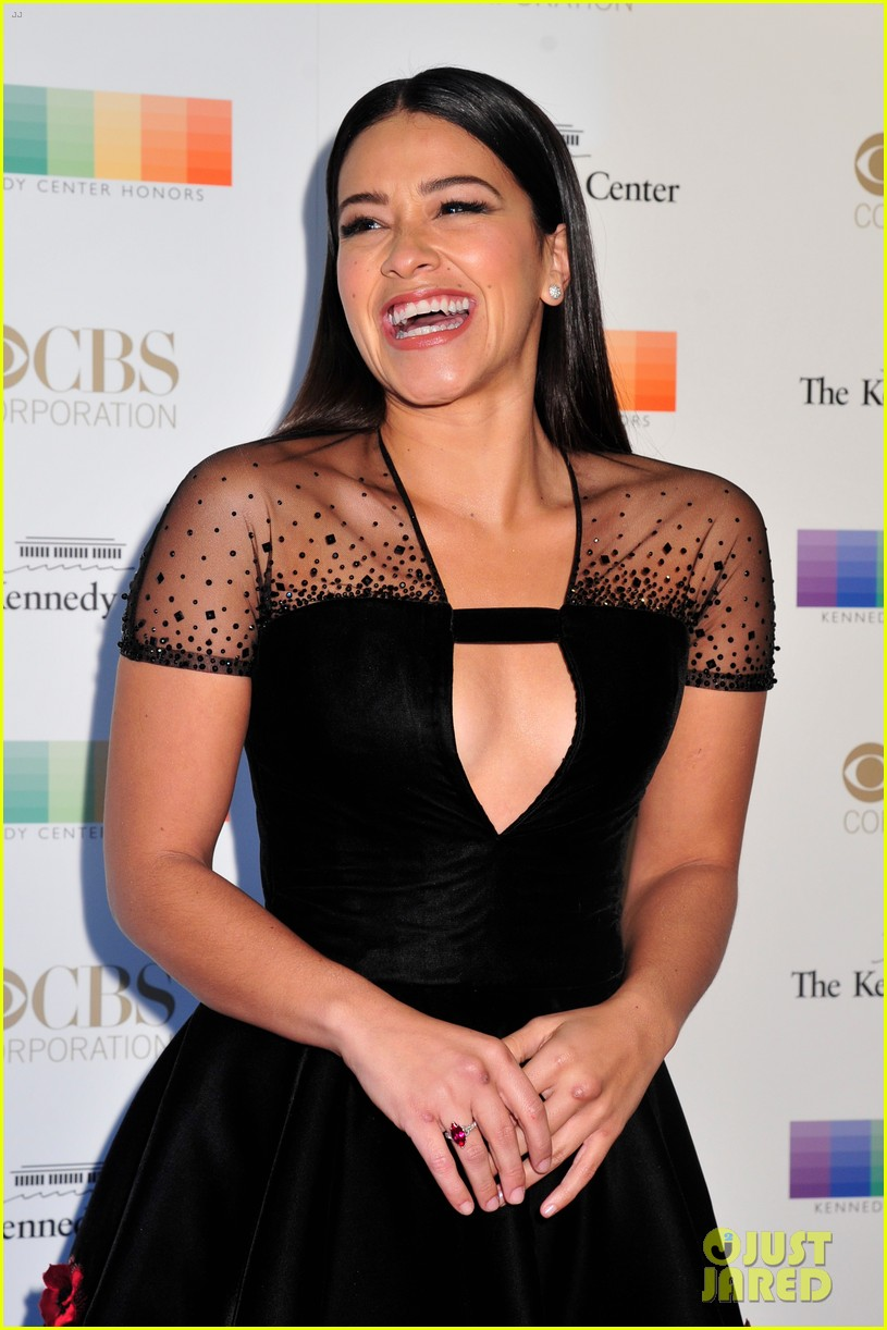 Modelos also Goodfellas Star Makes Skin Care  pany Offer Refuse Ray Liotta Sues Pock Mocked Face Features Ads Without Permission further 250814 Light Gold Background Wallpaper likewise Renee Zellweger as well Gina Rodriguez. on golden globe results 2014