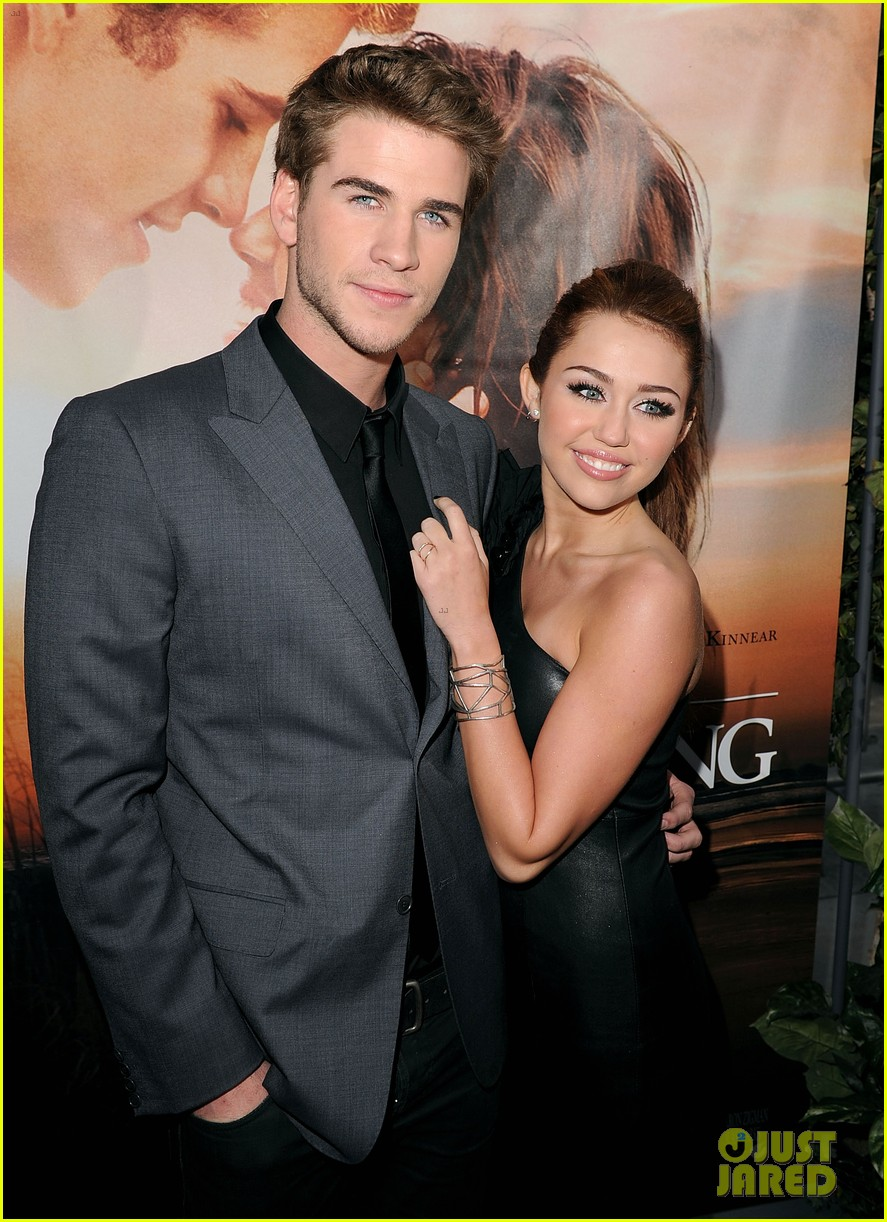 miley cyrus liam hemsworth are engaged again 023565292