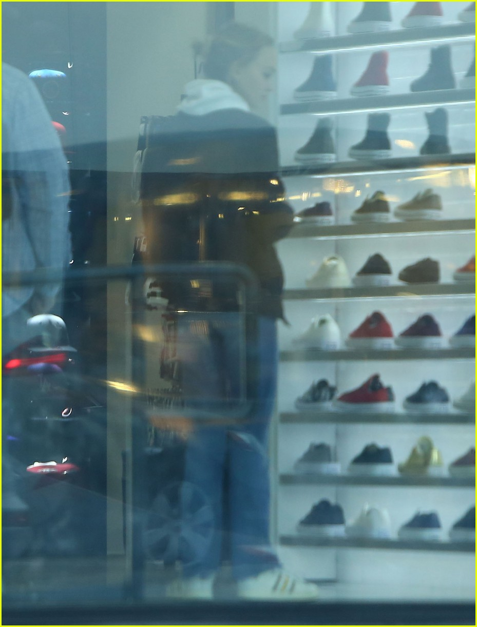 lily rose depp shops with mom 043556564