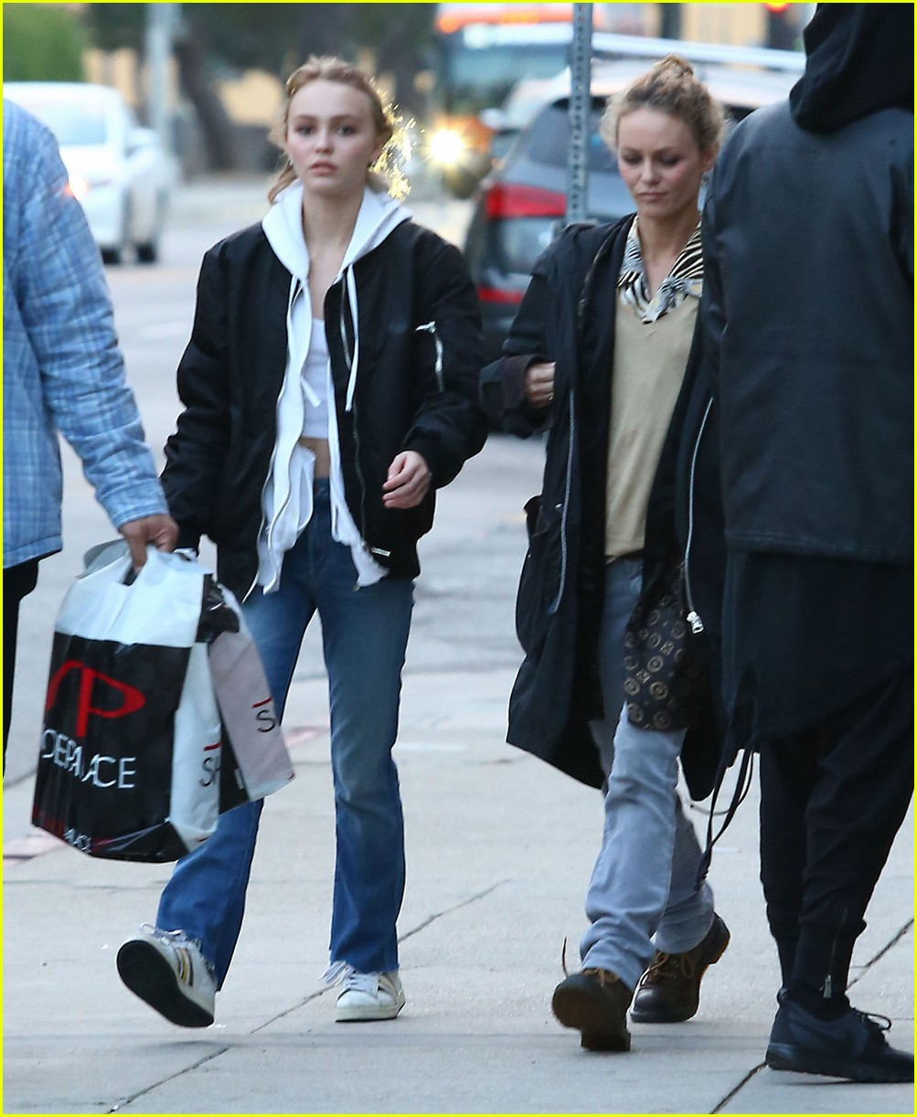 lily rose depp shops with mom 083556568