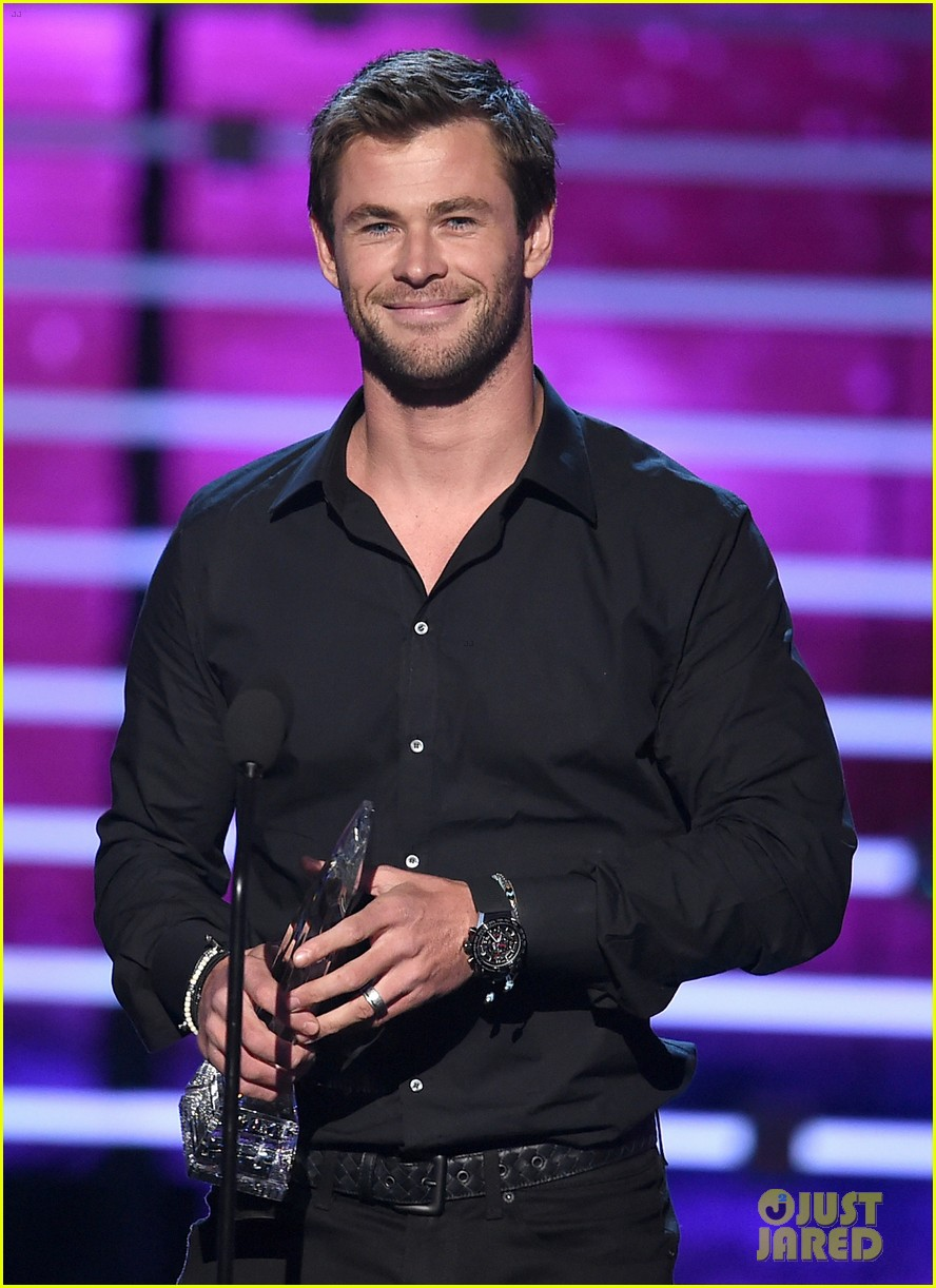 http://cdn02.cdn.justjared.com/wp-content/uploads/2016/01/hemsworth-pca/chris-hemsworth-peoples-choice-awards-2016-01.jpg