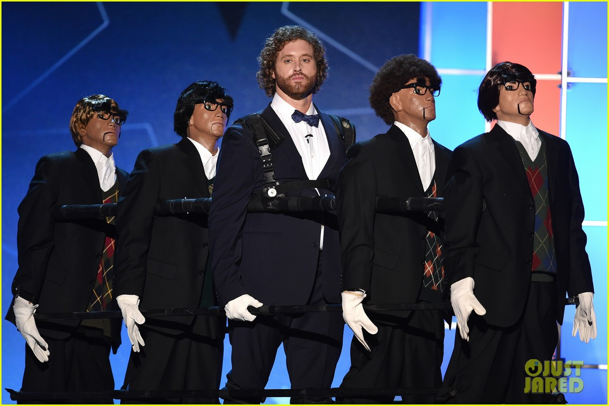 http://cdn02.cdn.justjared.com/wp-content/uploads/2016/01/miller-open/tj-miller-critics-choice-awards-2016-opening-monologue-05.jpg