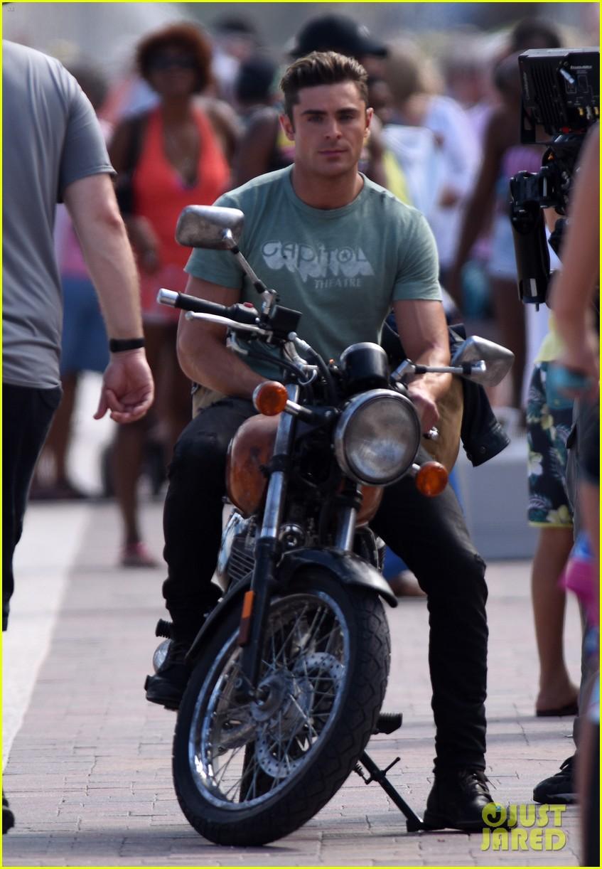 Zac Efron Shows His Mu...
