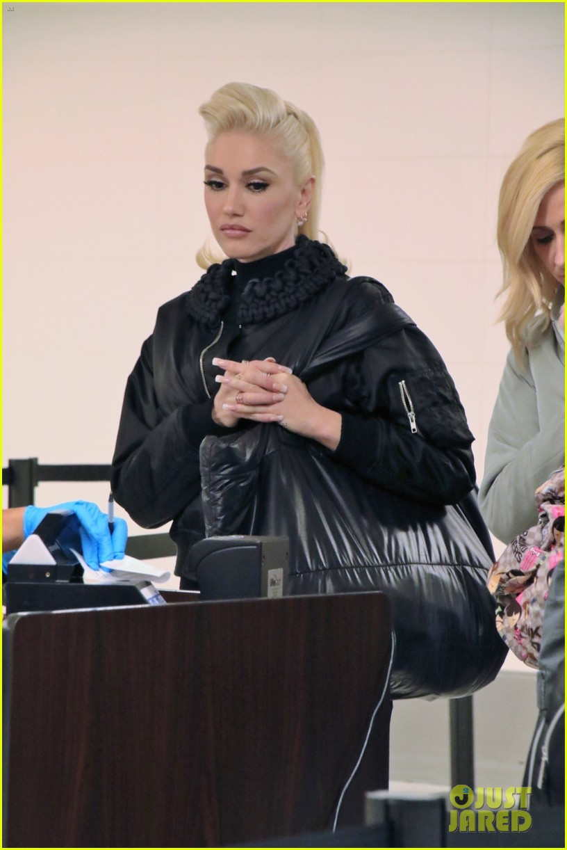 gwen stefani poes with=tabloid on her twitter 033589945