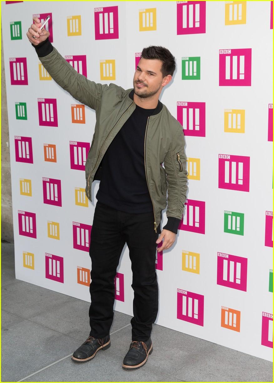 Full Sized Photo of taylor lautner selfie record 10 ... Taylor Lautner 2016