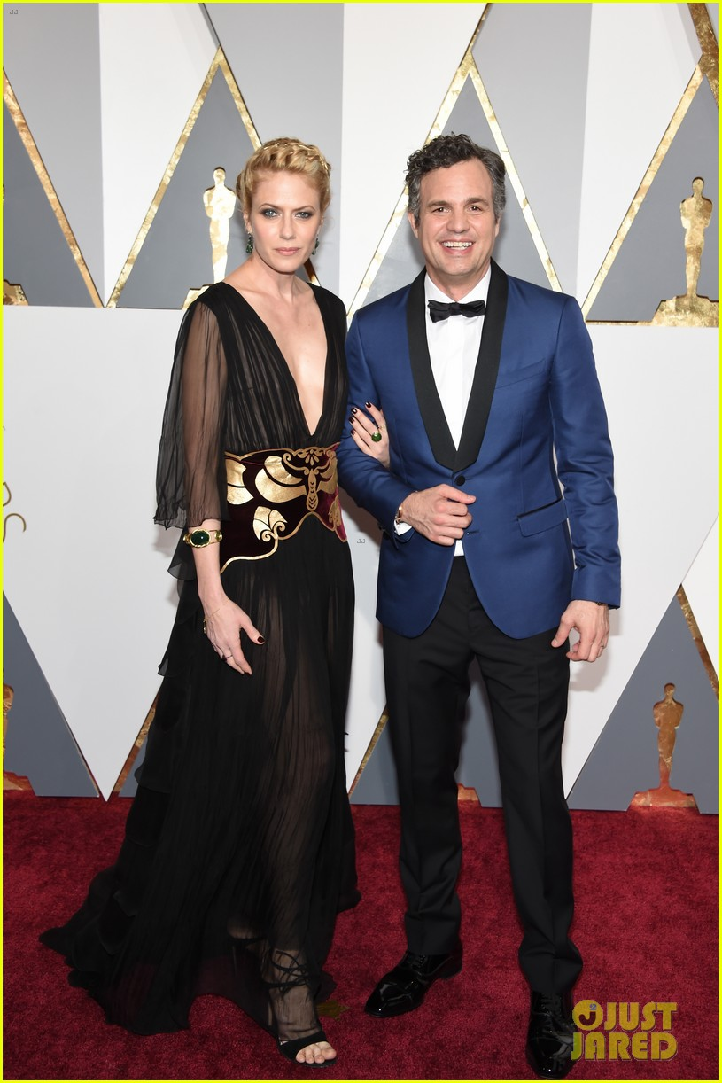 mark ruffalo hits oscars 2016 red carpet after attending sexual abuse protest 01