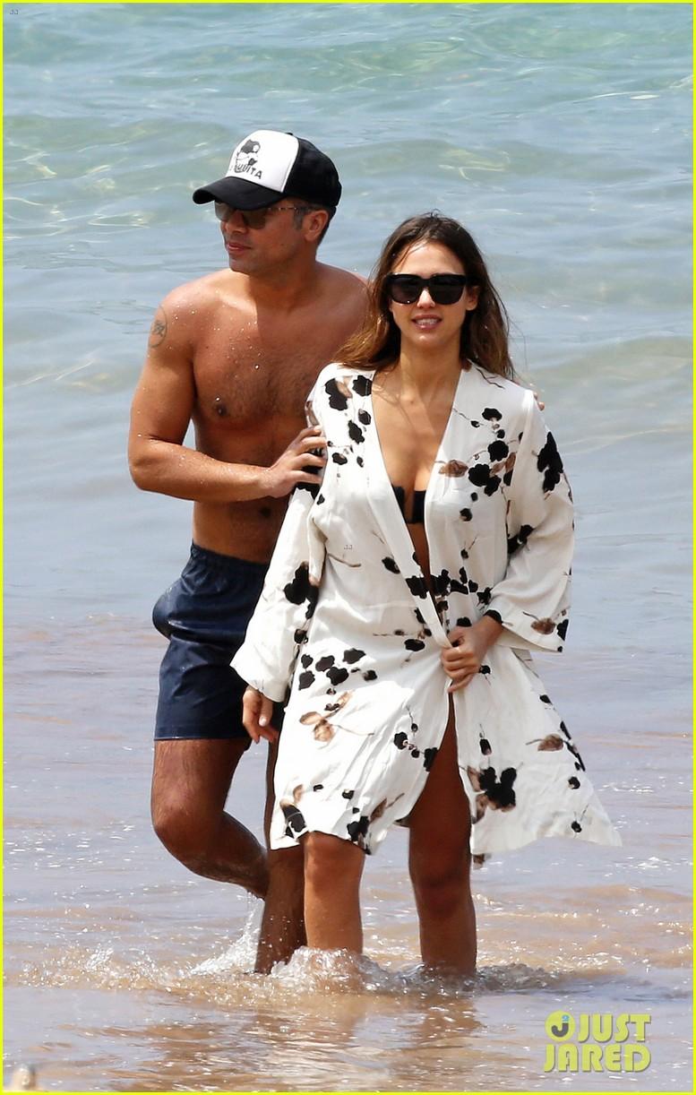 Pics of jessica alba in her bikini for Jessica alba beach pictures