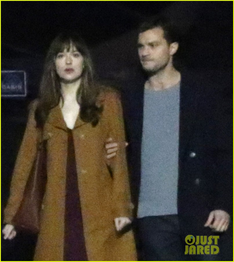dakota johnson jamie dornan film steamy fifty shades kissing scene 02