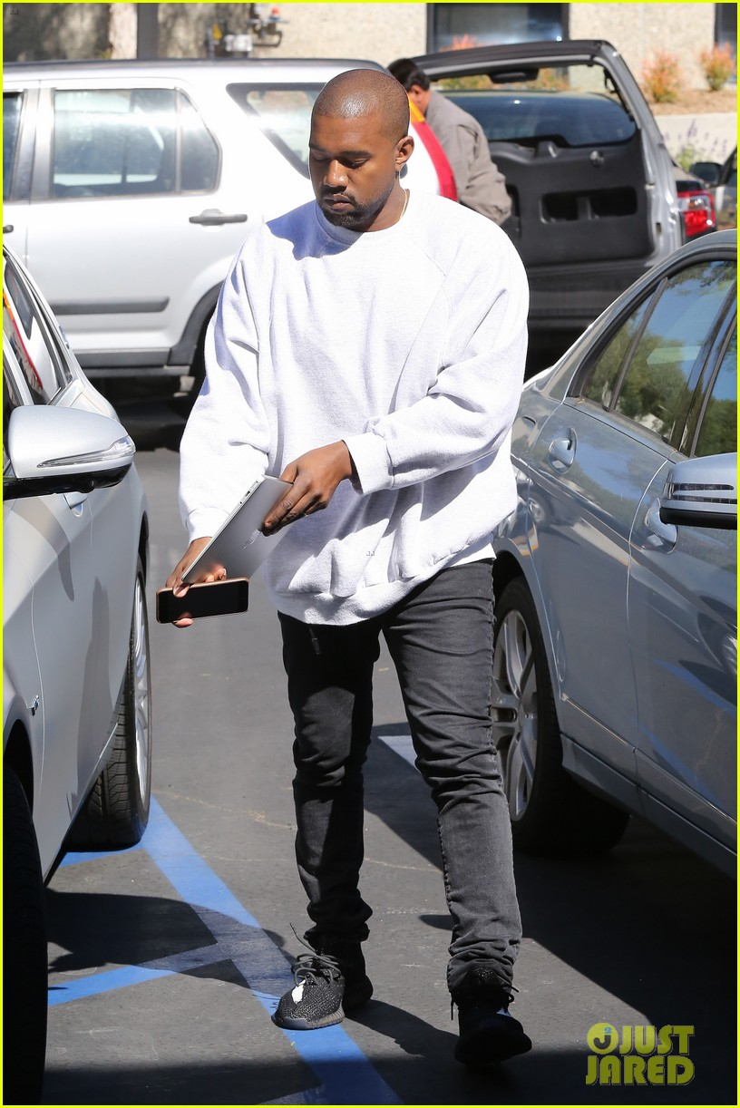 kanye west hires scooter braun manager 093618852
