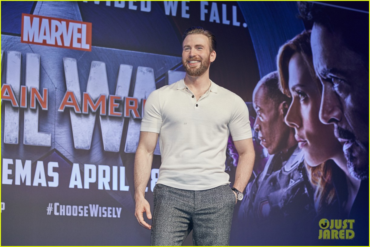 http://cdn02.cdn.justjared.com/wp-content/uploads/2016/04/evans-donut/chris-evans-robert-downey-jr-fight-over-last-donut-watch-01.jpg