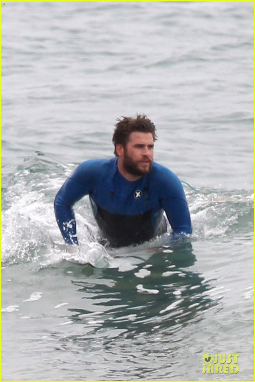 liam hemsworth strips out of his wetsuit after a surfing session 07