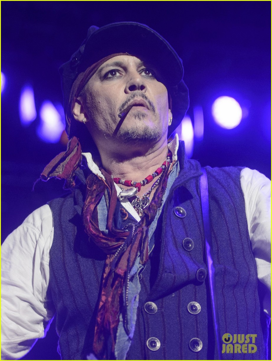 johnny depp performs with hollywood vampires 043675767