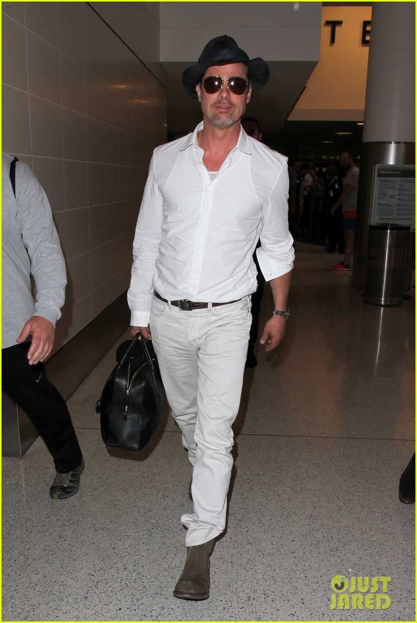 brad pitt wears all white for his lax arrival 153678061