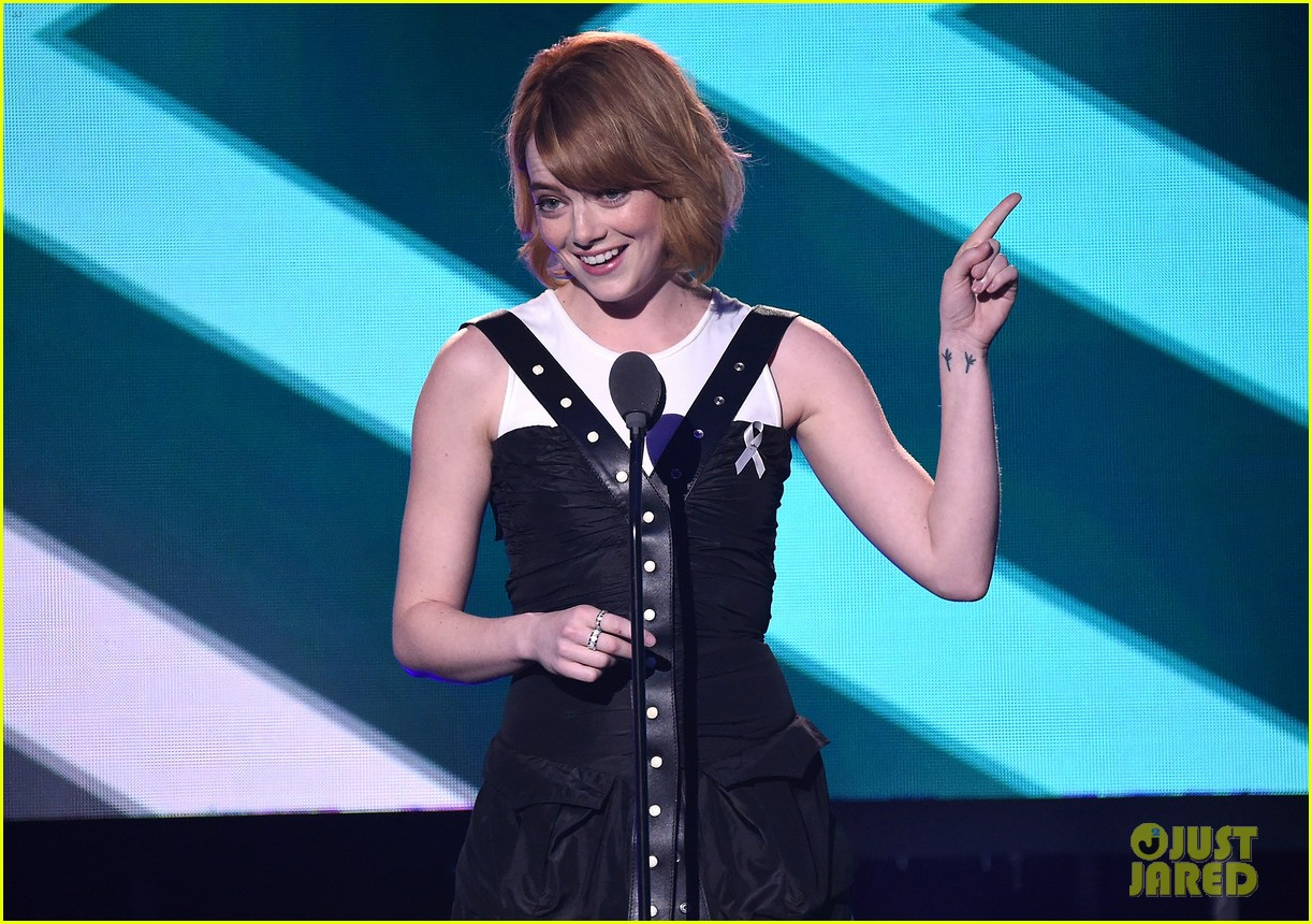 emma stone presents to billie jean king at logo trailblazer honors 133690373