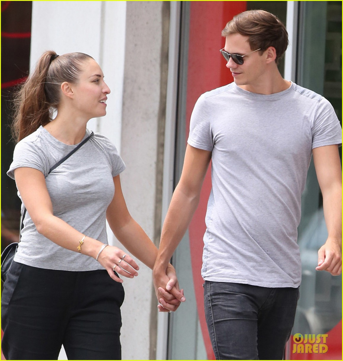 Alexis knapp dating bill skarsgard 2