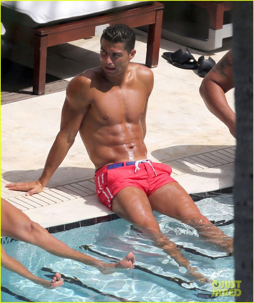 Full Sized Photo of cristiano ronaldo pool shirtless miami friends 15 ...